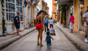 Woman and a child with a balloon - Cartagena